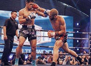 Кикбоксер из Кыргызстана Рафаэль Физиев во время боя со звездой тайского бокса Согро Петьинди. Архивное фото