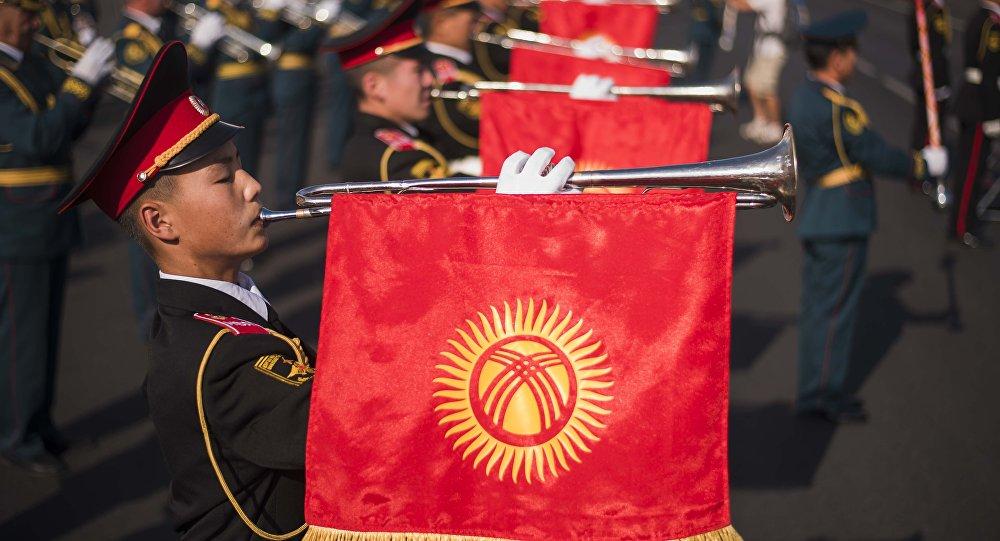 Кыргыз аскерлери желек менен. Архивдик сүрөт