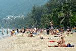 Иностранные туристы отдыхают на пляже Патонг в Таиланде. Архивное фото