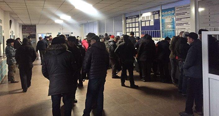 Военно-Антоновка айылындагы РИОМАВТО автобазарында унааларды каттоо бөлүмүндө адамдар көп топтолгон