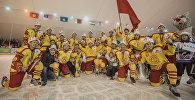 Хоккеисты сборной Кыргызстана на финальной встрече в Бишкекском городском катке. Архивное фото