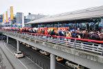Сотрудники пожарной службы стоят перед аэропортом в Гамбурге, где пассажиры покидают терминал. Север Германии. 12 февраля 2017 года