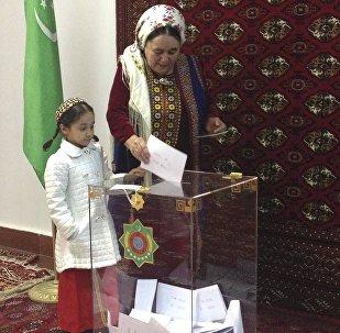 Граждане Туркменистана во время голосования на президентских выборах на избирательном участке в Ашхабаде