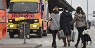 Пассажиры за пределами аэропорта Гельмута Шмидта в Гамбурге, Германия