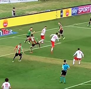 Итальянец забил феноменальный гол с разворотом на 180 градусов