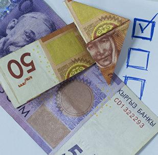 Деньги и нарисованная галочка на листке. Архивное фото