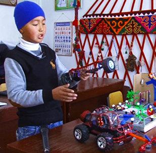 Жалал-Абадда 6-класстын окуучусу чөп оруучу трактордун жаңы моделин ойлоп тыпты