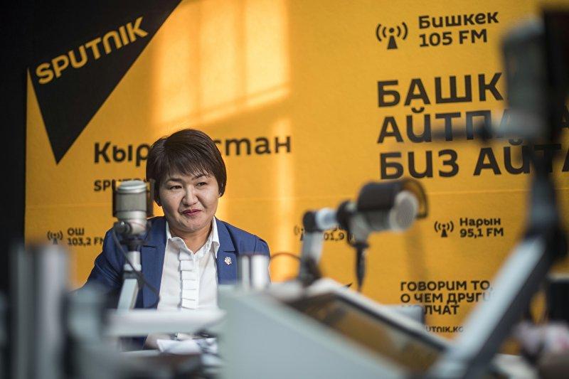 Советник юстиции 2-го класса, начальник отдела по надзору за исполнением законов Генпрокуратуры Таалайкуль Турапбаева во время интервью на радио Sputnik Кыргызстан