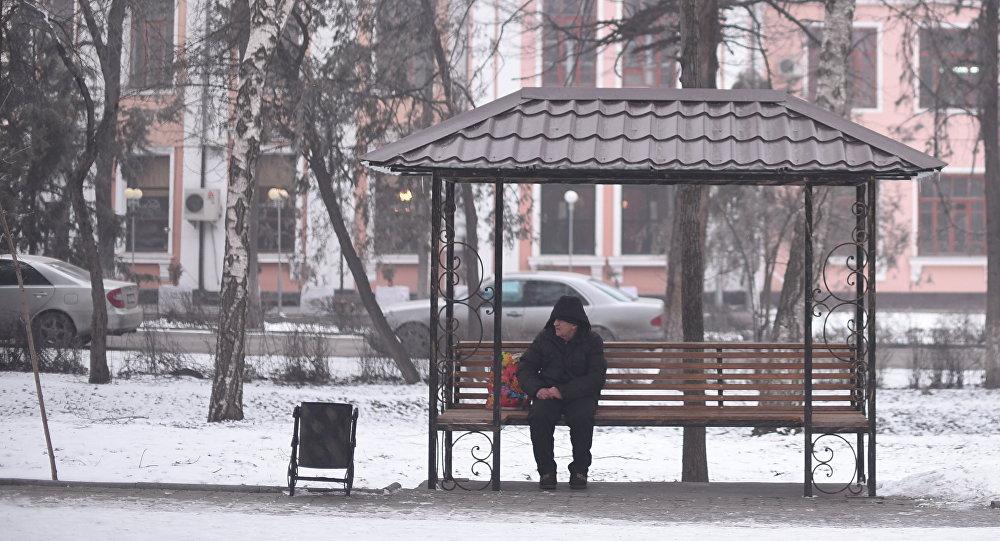 Архивное фото мужчины, который сидит на скамейке на бульваре Эркиндик в Бишкеке
