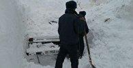 Спасатели и сотрудники правоохранительных органов во время раскопок накрывших лавиной автомобилей