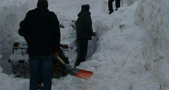 В Чон-Алайском районе в понедельник в 15.50 сошла снежная лавина, которая накрыла два автомобиля