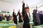 Биринчи класстын окуучулары. Архивдик сүрөт