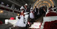 Молодожены после церемонии бракосочетания в Бишкеке. Архивное фото