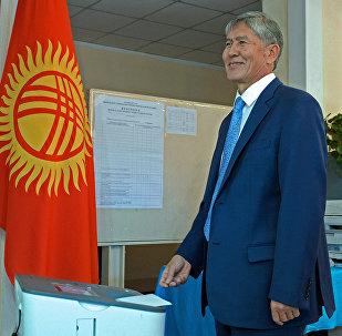 Президент Алмазбек Атамбаев шайлоо учурунда. Архив