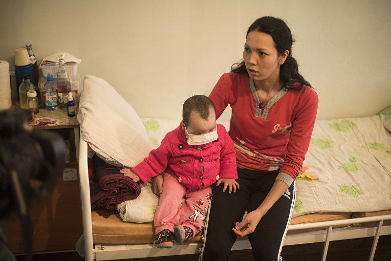 Мать больной раком двухлетней Раяны Толкун Абдраимова в отделении онкологии при НЦО в Бишкеке