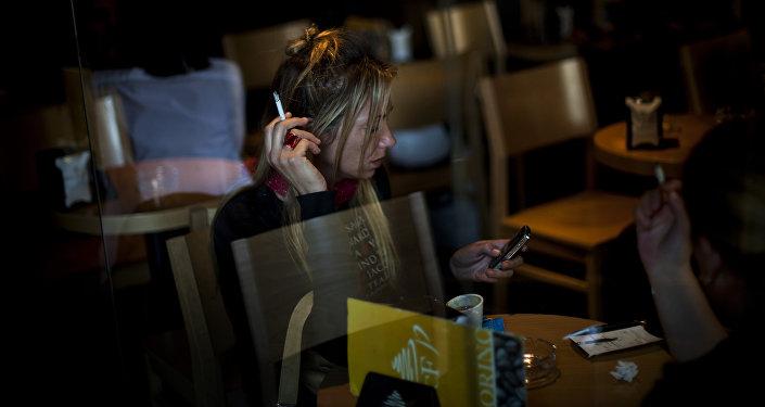 Женщина курить в кафе. Архивное фото