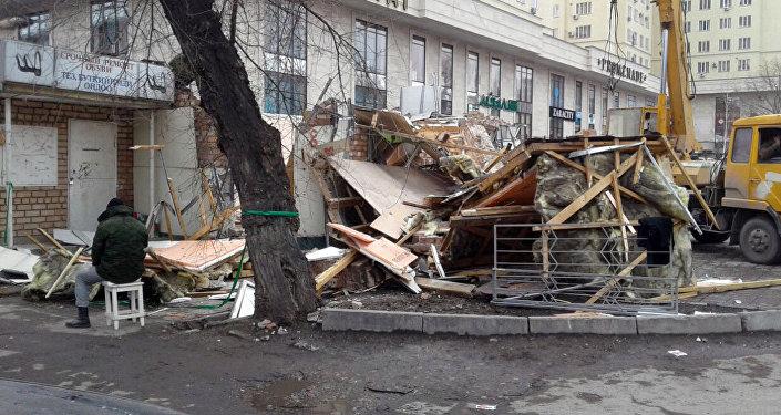 Снос двухэтажного здания на пересечении улиц Тоголока Молдо – Киевской, с юго-западной стороны дома №114 по Киевской