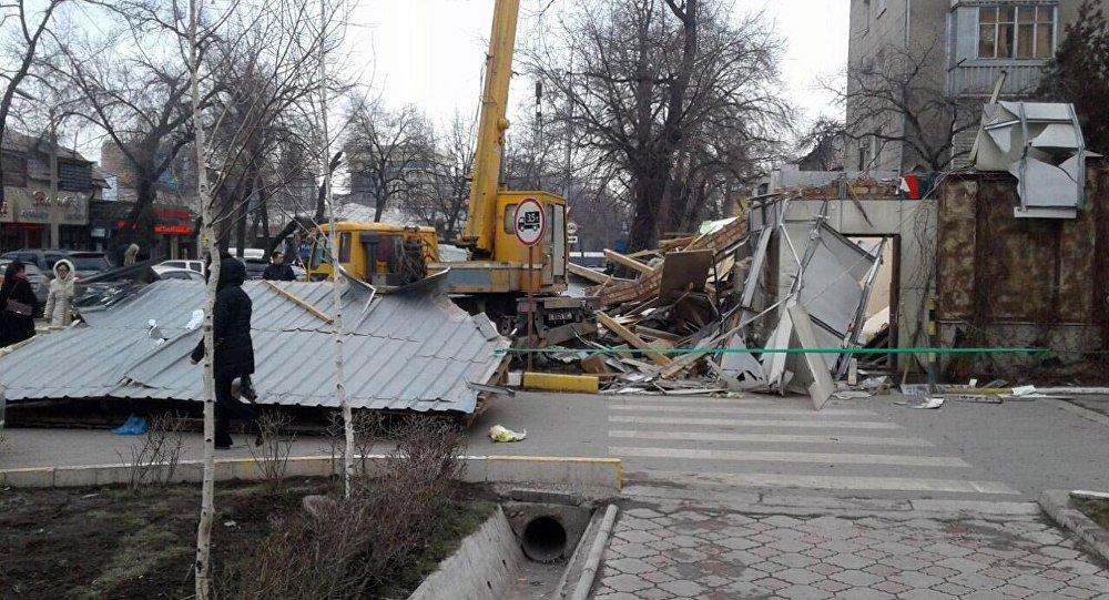 Снос двухэтажного здания в Бишкеке
