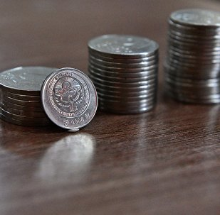 Куча национальных монет на столе. Архивное фото
