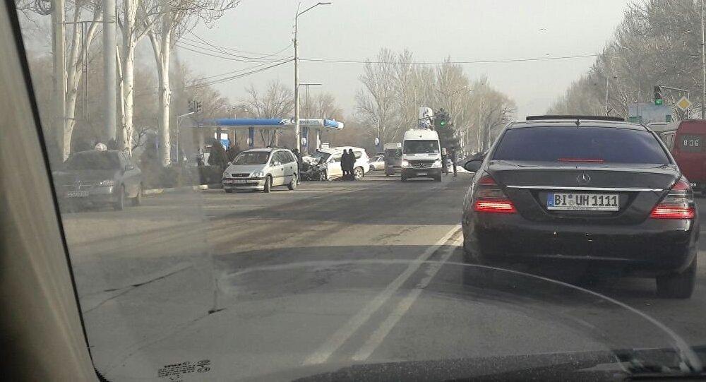 Столкновение джипа с дипломатическими номерами с грузовым Mercedes Sprinter