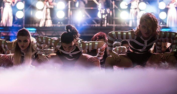 Шоу программа танцевальной группы. Архивное фото