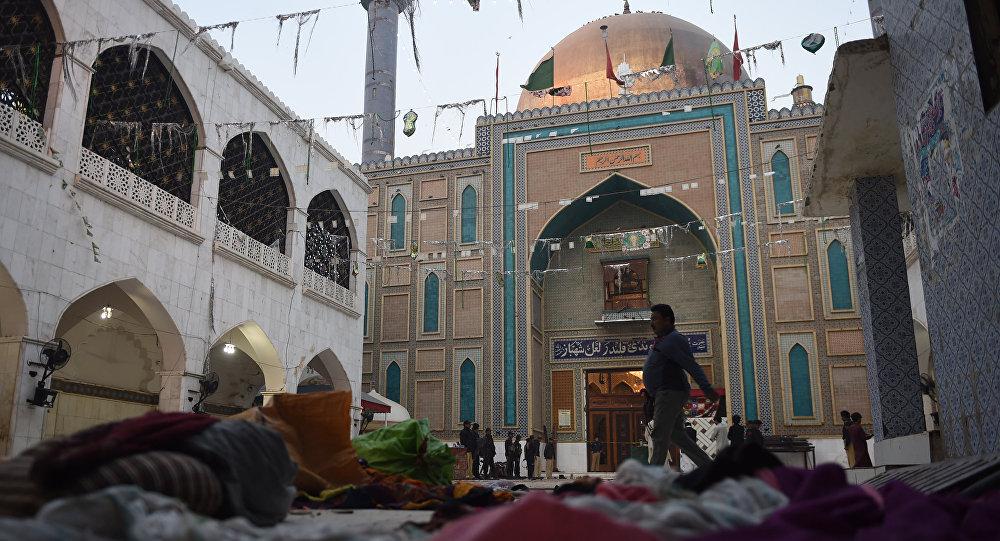 Сотрудники полиции на месте взрыва на территории мавзолея Лала Шахбаза Каландара в Пакистане