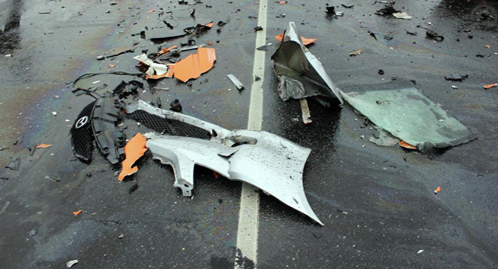 Разбросанные детали автомашины после аварии. Архивное фото