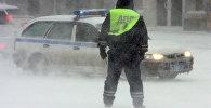 Сотрудники дорожно-патрульной службы ГИБДД регулируют движение на дорогах в зимний период. Архивное фото