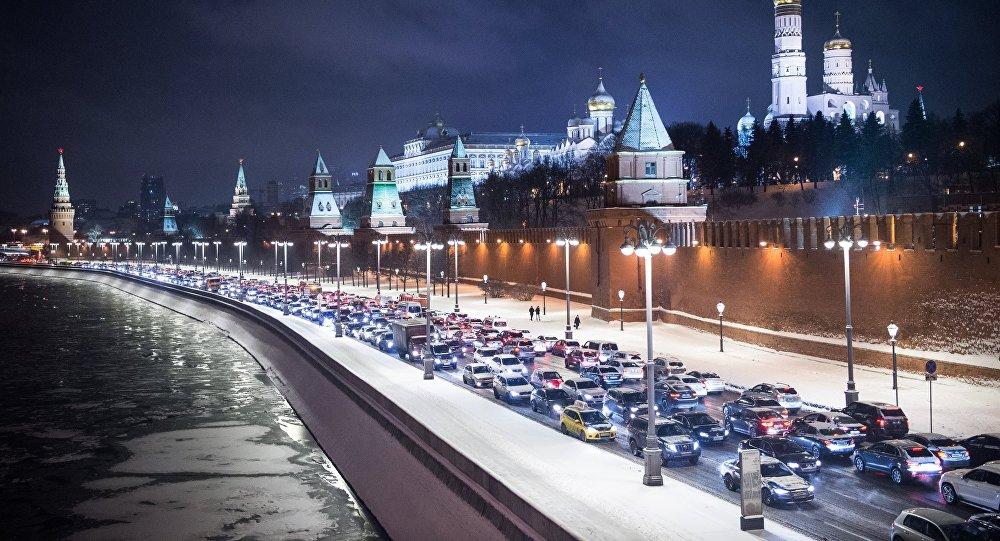 Автомобильное движение на Кремлевской набережной в Москве. Справа - Московский Кремль. Архивное фото