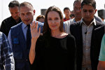 Архивное фото актрисы Анджелины Джоли в лагере беженцев для сирийцев