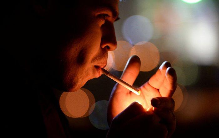 Молодой человек курит. Архивное фото