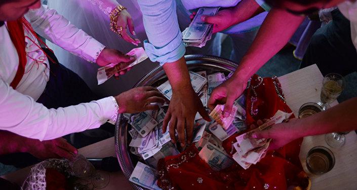 Деньги на свадьбе. Архивное фото