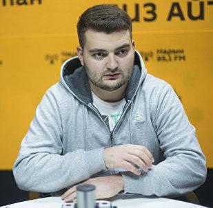 Ведущий и шоумен Руслан Халмурзин во время интервью Sputnik Кыргызстан