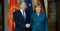 Кыргызстандын президенти Алмазбек Атамбаев Германия канцлери Ангела Меркель менен жолугушуу учурунда. Архив