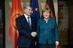 Архивное фото лидера Кыргызстана Алмазбека Атамбаева и федерального канцлера Германии Ангелы Меркель. Архивное фото