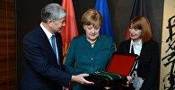 Президент Алмазбек Атамбаев Германиянын канцлери Ангела Меркелди Курманжан датка ордени менен сыйлады.