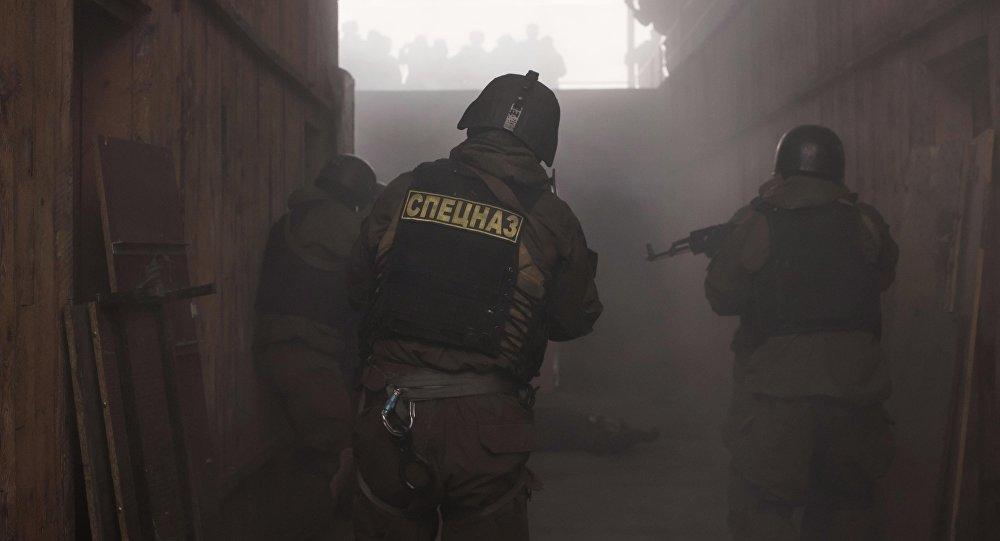 Сотрудники спецназа во время показательных выступлений. Архивное фото