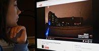 Девушка смотрит видеозапись YouTube. Архивное фото