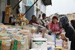 Продажа продуктов питания на рынке в городе Ош