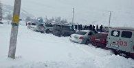 Автомобили застращавшие на трассе Бишкек - Ош из-за сошедших лавин