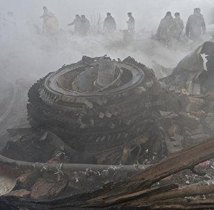 Сотрудники МЧС КР на месте авиакрушения грузового самолета Boeing 747 авиакомпании MyCargo Airlines в Дача СУ.