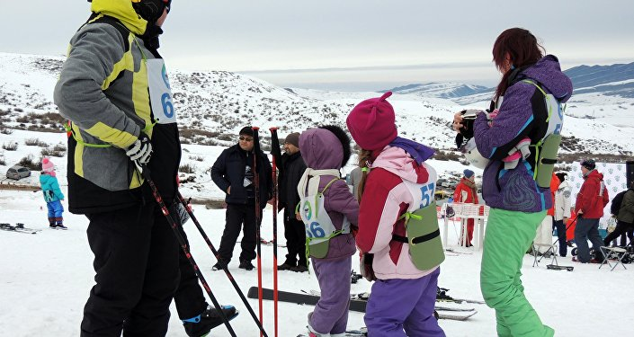 Любители лыж и сноуборда собрались в воскресенье на горнолыжной базе близ Бишкека.