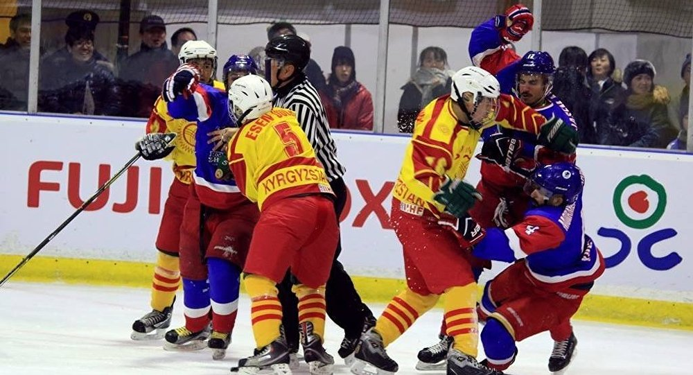Хоккеисты сборных Кыргызстана и Кувейта во время игры в рамках зимних Азиатских игр в Японии