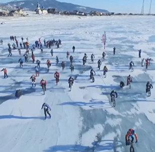 Экстремалы на лыжах, коньках и велосипедах покоряли Байкал в гонке Ледовый шторм