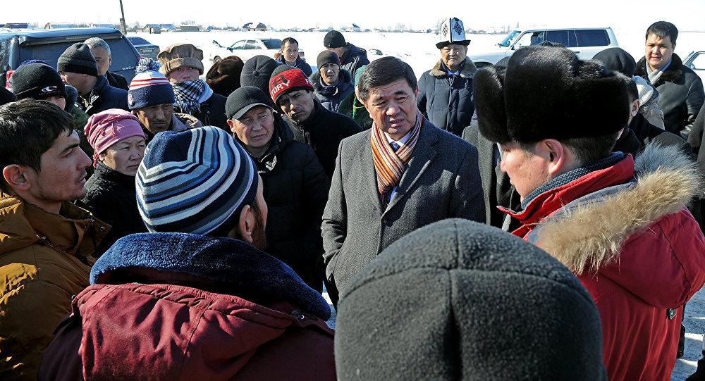 Первый вице-премьер-министр Мухамметкалый Абулгазиев во время встречи с жителями поселка Дача СУ. Архивное фото