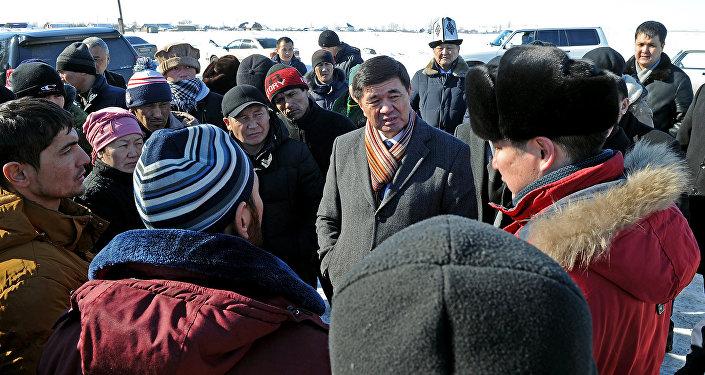 Биринчи вице-премьер Мухамметкалый Абулгазиев Boeing-747 учагы кулаган Дача айылына барып андагы тургундар менен жолугушту