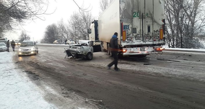 В воскресенье, 19 февраля, примерно в 17.30 на объездной трассе недалеко от Бишкека произошло смертельное ДТП