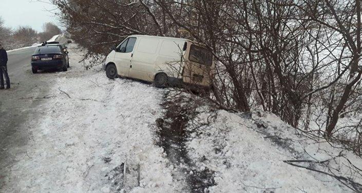 Последствия ДТП в районе села Мыкан водитель автомашины ВАЗ-2107 (Жигули) не справился с управлением и выехал на встречную полосу, где столкнулся с грузовой машиной Volvo, которая двигалась в западном направлении. Затем легковушку отбросило и она столкнулась с бусом Ford Transit