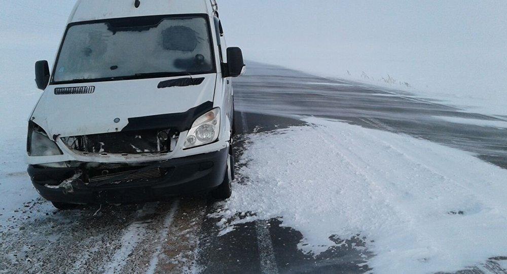 Микроавтобус кыргызстанца Валерия Фомина, который из-за бурана застрял на трассе Астана — Костанай