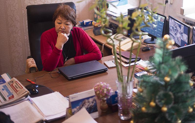 Директор Бишкекского социального стационарного учреждения для пожилых граждан Эркингуль Абдылдаева в кабинете